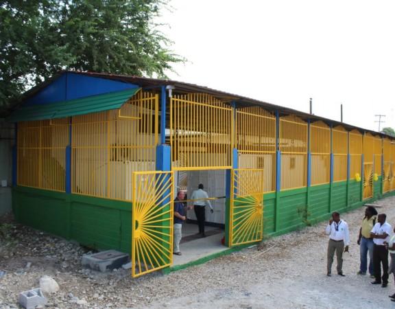 La Fondation NPH qui travaille dans l'éducation avec les enfants en Haïti depuis 1987 est sûre de son coup. En collaboration avec la Fondation Biohaus, elle vient d'inaugurer à Port-au-Prince un système d'alimentation électrique stable, sous la forme d'un réseau intelligent hybride, pour alimenter toutes ses installations dans la capitale haïtienne de Port-au-Prince. Combinant production photovoltaïque et stockage de batterie, l'installation devient le plus grand réseau électrique intelligent des Caraïbes assure l'organisation.  « Avec la nouvelle installation de 450 kW, nous fournirons toute la puissance requise de l'ensemble de nos installations (…)  avec 100% d'énergie solaire » a déclaré le président général de NPH Allemagne, Heiko Seeger. Il fait référence notamment à «la production alimentaire, un atelier de réparation automobile, une école et l'hôpital Saint-Damien ».  La Fondation NHP emploie 1800 haïtiens et devrait économiser environ 500 000 euros par an et 2000 tonnes de CO2 grâce à ce réseau électrique intelligent qui occasionne une réduction de la consommation des générateurs diesel. « Ce que nous faisons ici est nécessaire pour sauver la planète » estime Willi Ernst, coordinateur du projet de Biohaus Foundation, lors de l'inauguration du réseau intelligent.